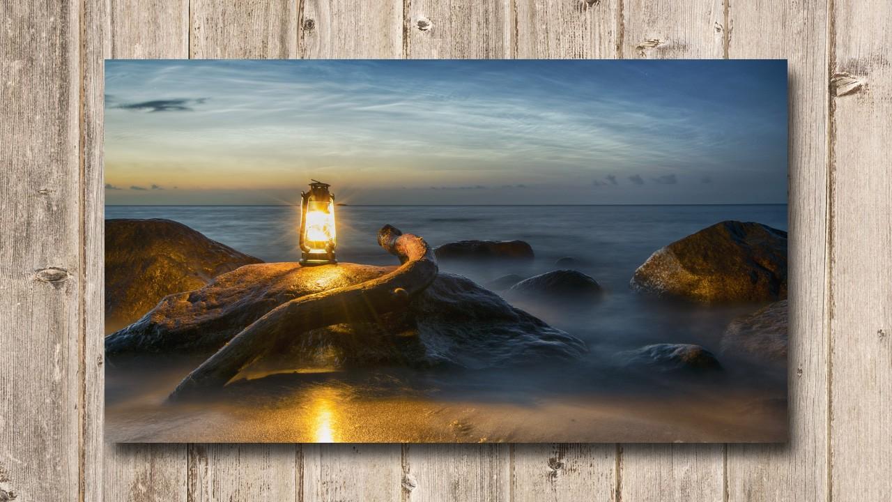 Fotoleinwand Petroleumlampe am Strand