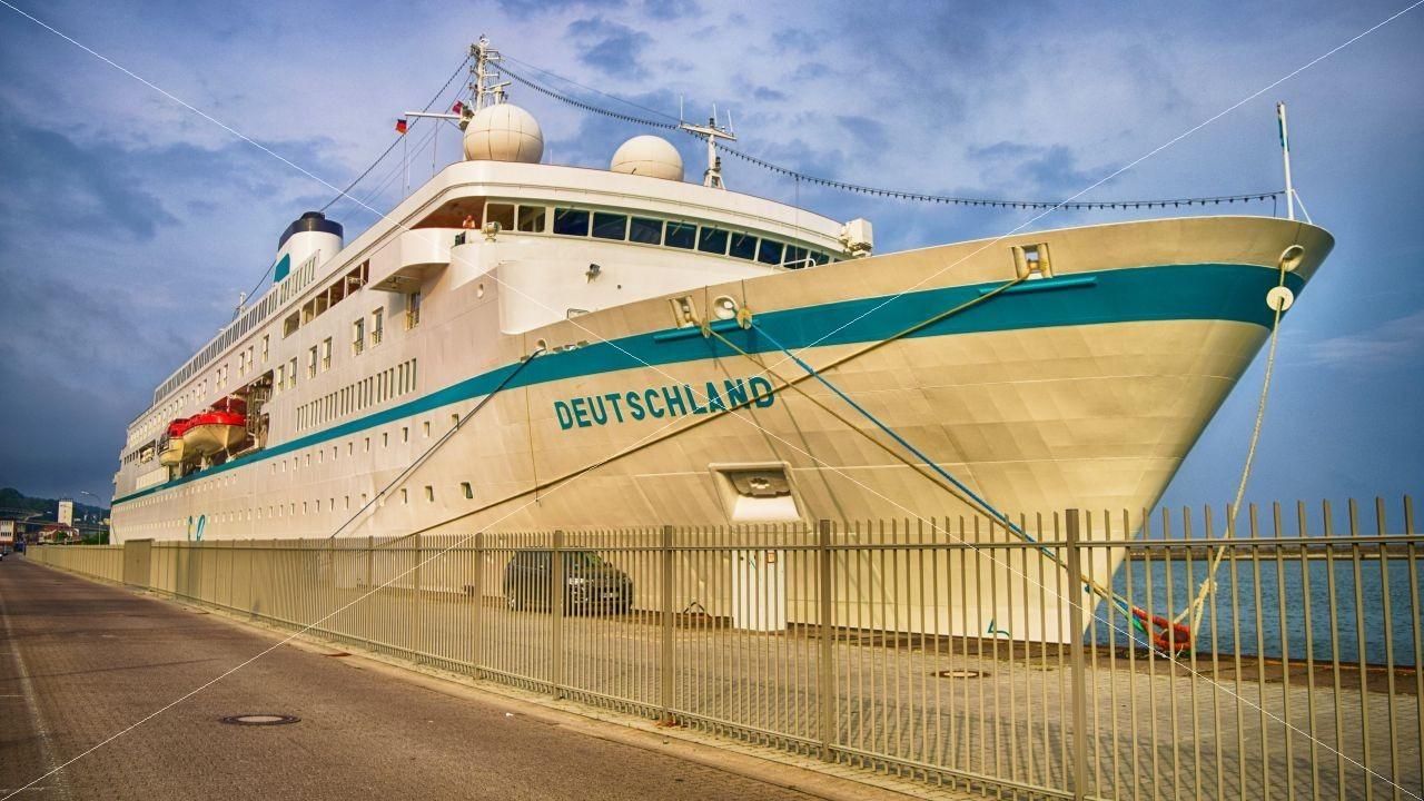 MS DEUTSCHLAND im Hafen Sassnitz